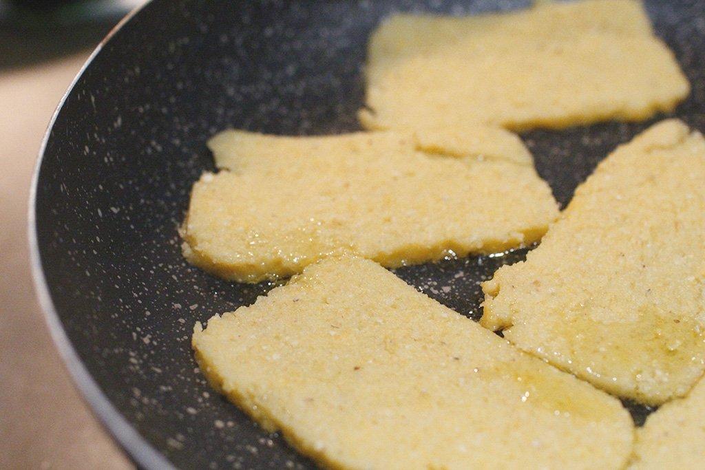lasagna di polenta croccante, salsiccia e cime di rapa