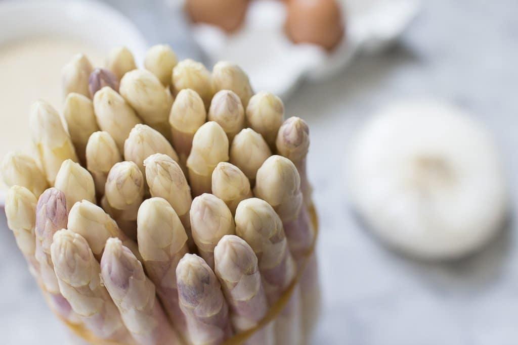 asparagi bianchi e tuorlo fritto