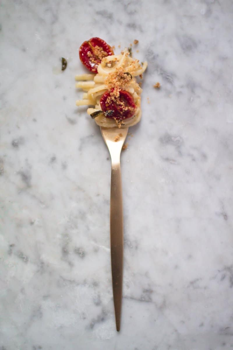 Pasta con melanzane, pomodorini al forno e acciughe