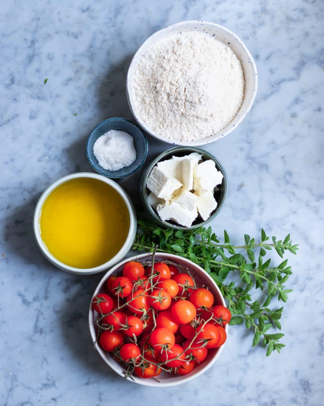 ingredienti per la torta salata con pomodorini e feta