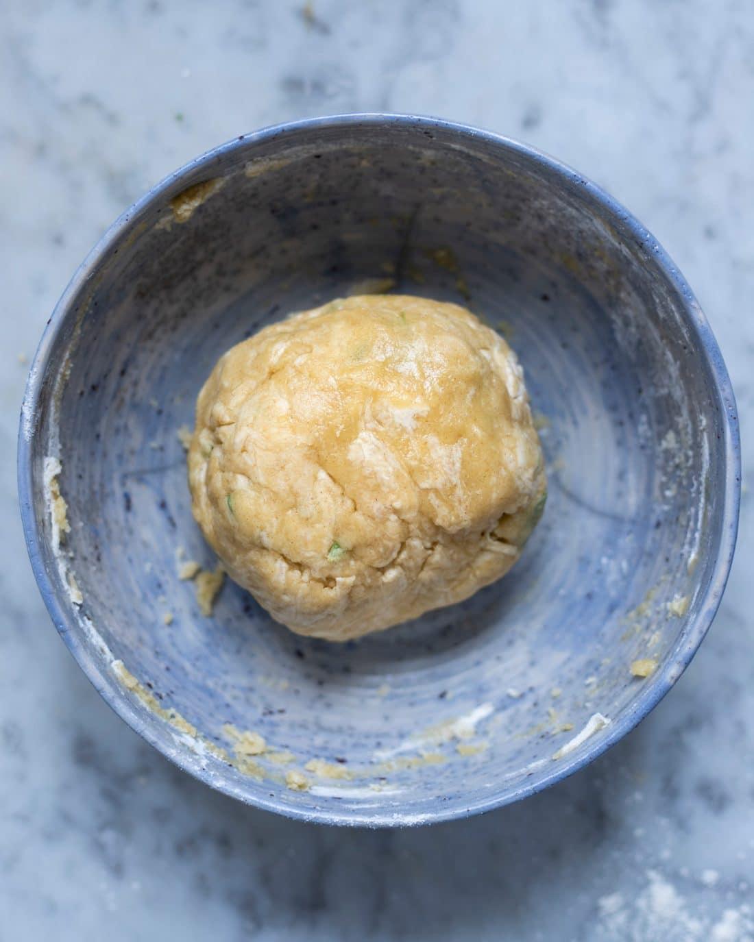 impasto della base per la torta salata con pomodorini e feta