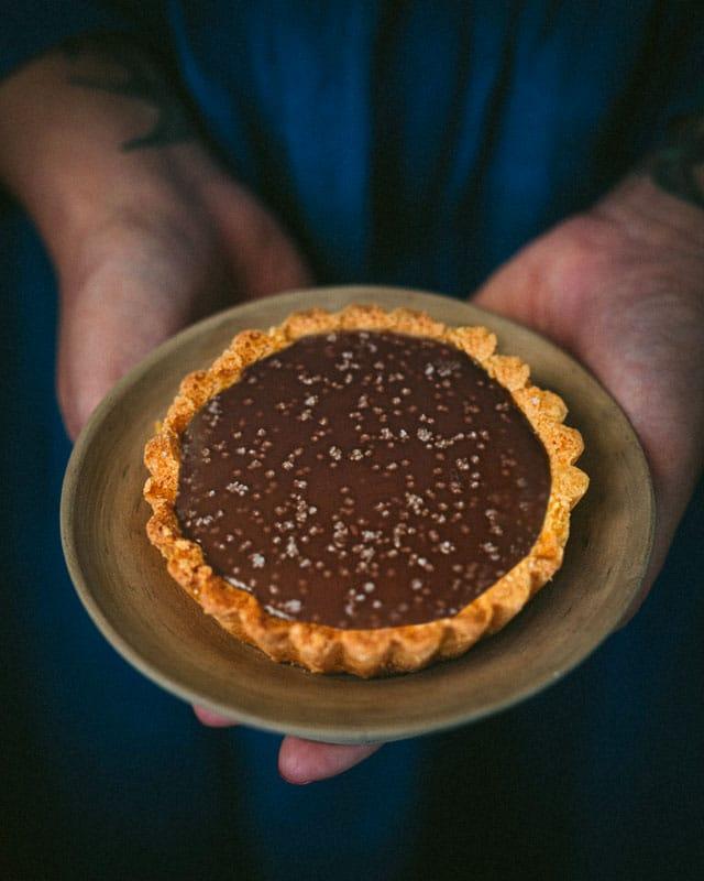 crostatine al cioccolato_burro d'arachidi e sale_mano