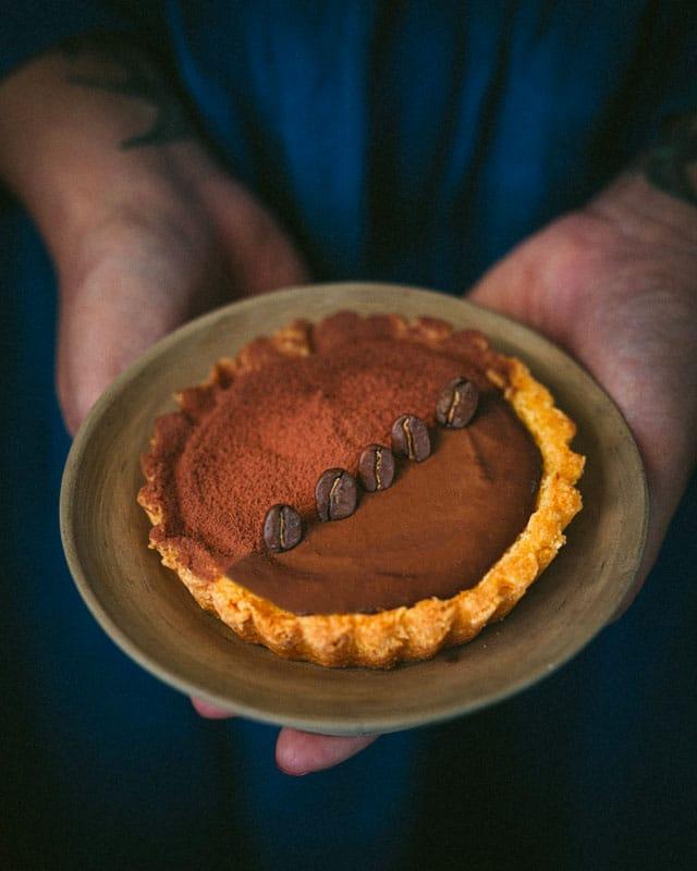 crostatine al cioccolato_crema di caffe_mano
