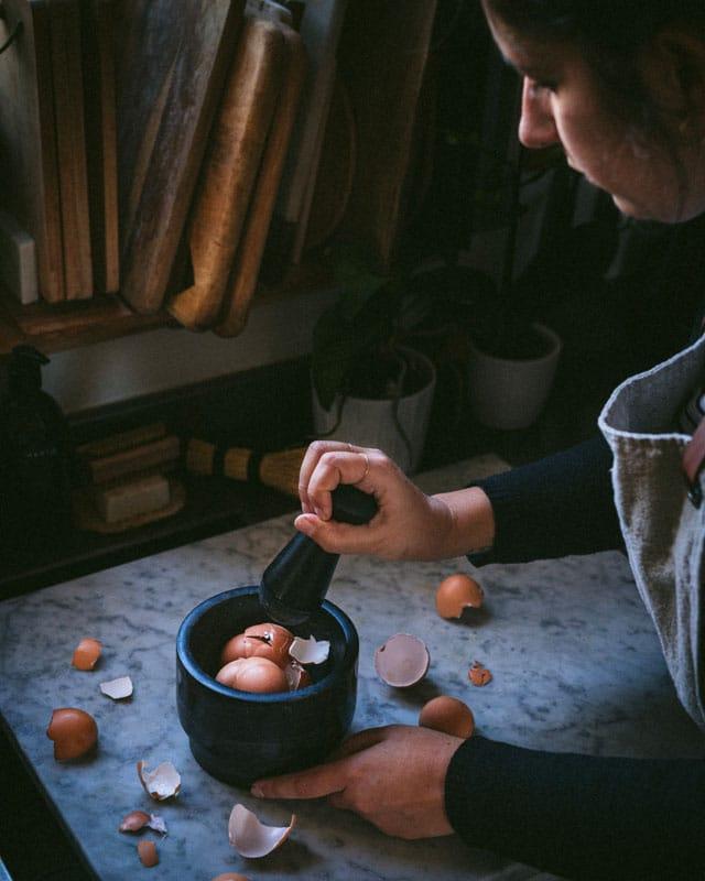 The Bluebird Kitchen_10 modi per utilizzare i gusci delle uova_gusci_mortaio